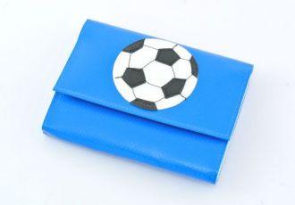 Portemonnaie mit Fussball auf blauer Blache